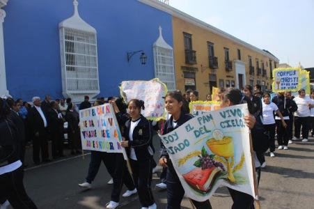 17 colegios salieron a las calles para invitar a la celebración del Corpus Christi