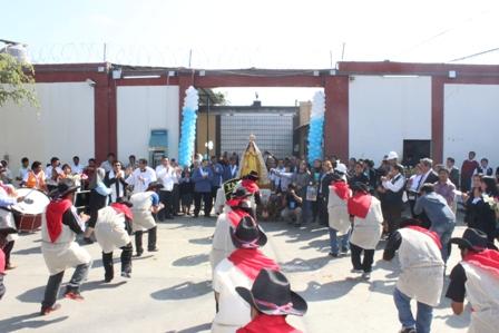 """La """"Mamita"""" visitó a internas e internos del penal El Milagro"""