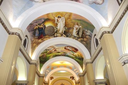 Obras de arte religioso lucen en la nave central de la Catedral