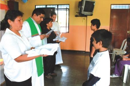 Seminaristas acompañan a coro juvenil y acólitos en Laredo
