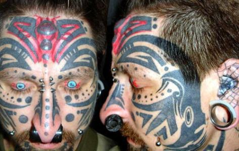 """Entre """"piercing"""" y """"tatuajes"""" sociales"""