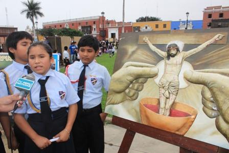 Escolares y religiosos expusieron sus Periódicos Murales del Corpus Christi en Plaza de Armas