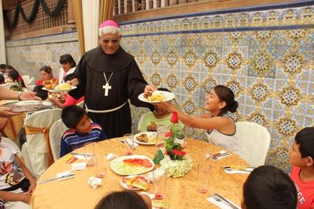 Arzobispo compartió Almuerzo Navideño con niños de parroquias