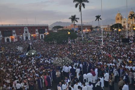 """Multitudinario Vía Crucis Arquidiocesano por la familia con el """"Sr. de la Caña de Chiclín"""""""