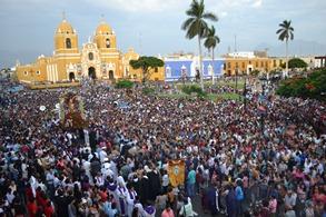 Miles de fieles acompañaron el  Vía Crucis Arquidiocesano