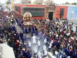 Señor de los Milagros y santos dominicos salen en procesión
