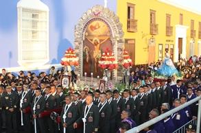Multitud de fieles acompañó procesión de Santos dominicos con el Señor de los Milagros