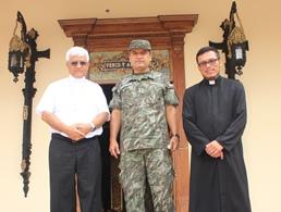 Arzobispo recibe visita protocolar de nuevo General del Ejército Peruano.