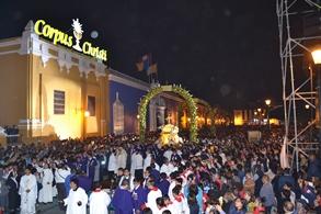Miles de fieles peregrinaron  en el Corpus Christi Arquidiocesano, en la Plaza de Armas de Trujillo