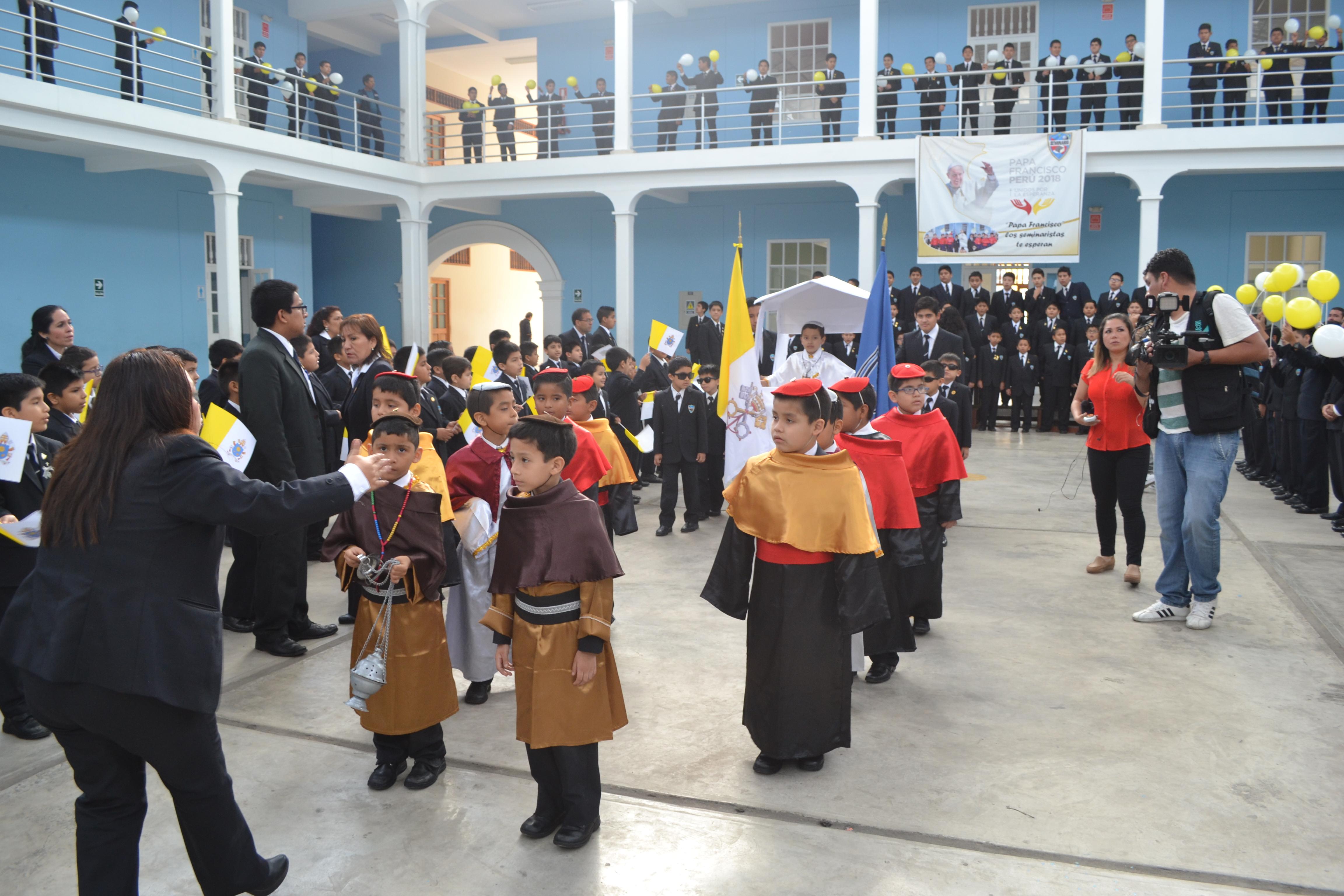 Seminaristas escenifican visita del Papa a Trujillo  y envían saludo por su cumpleaños