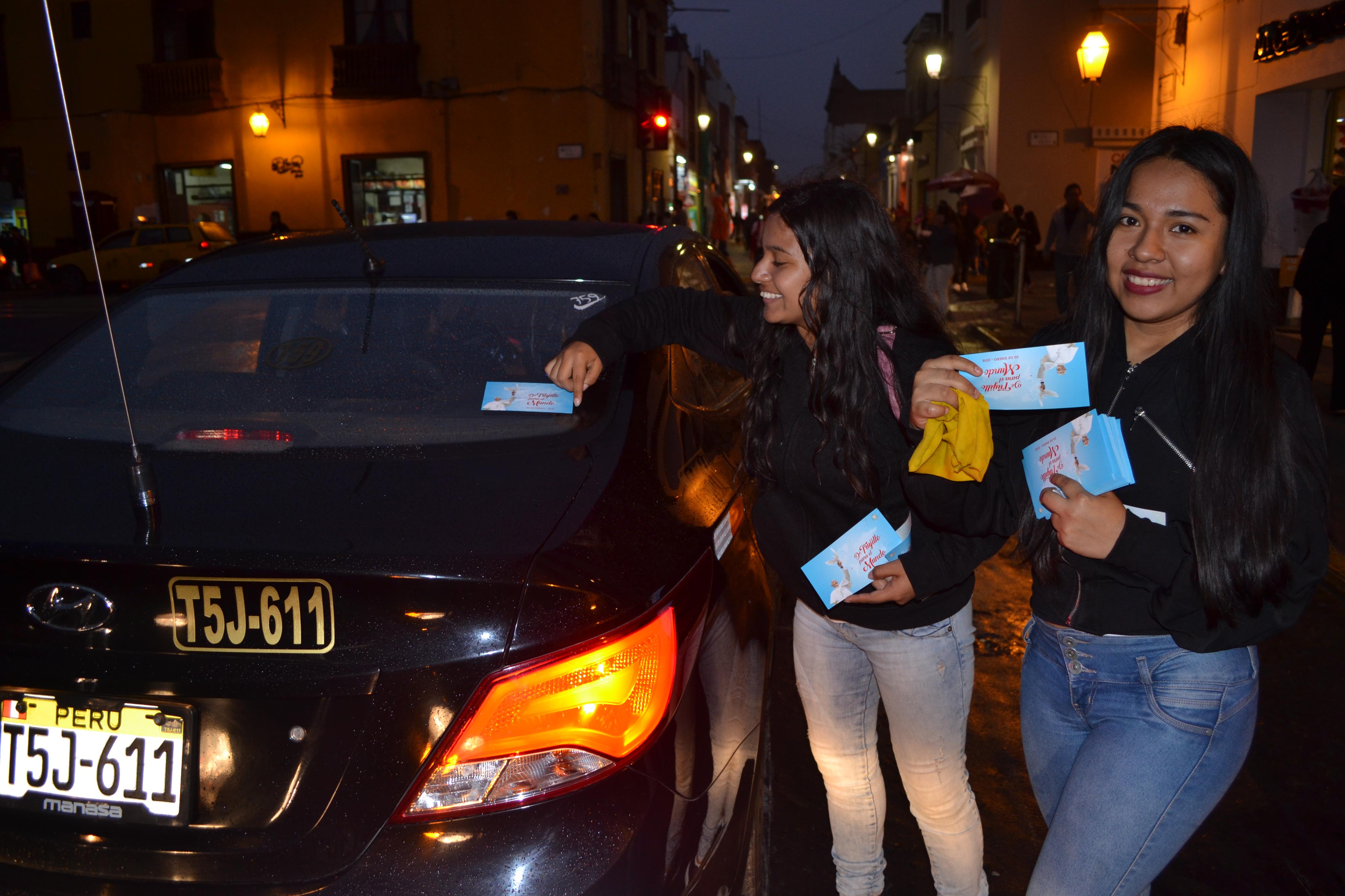 Pegan Stickers de la visita del Papa en vehículos de Trujillo y el norte peruano