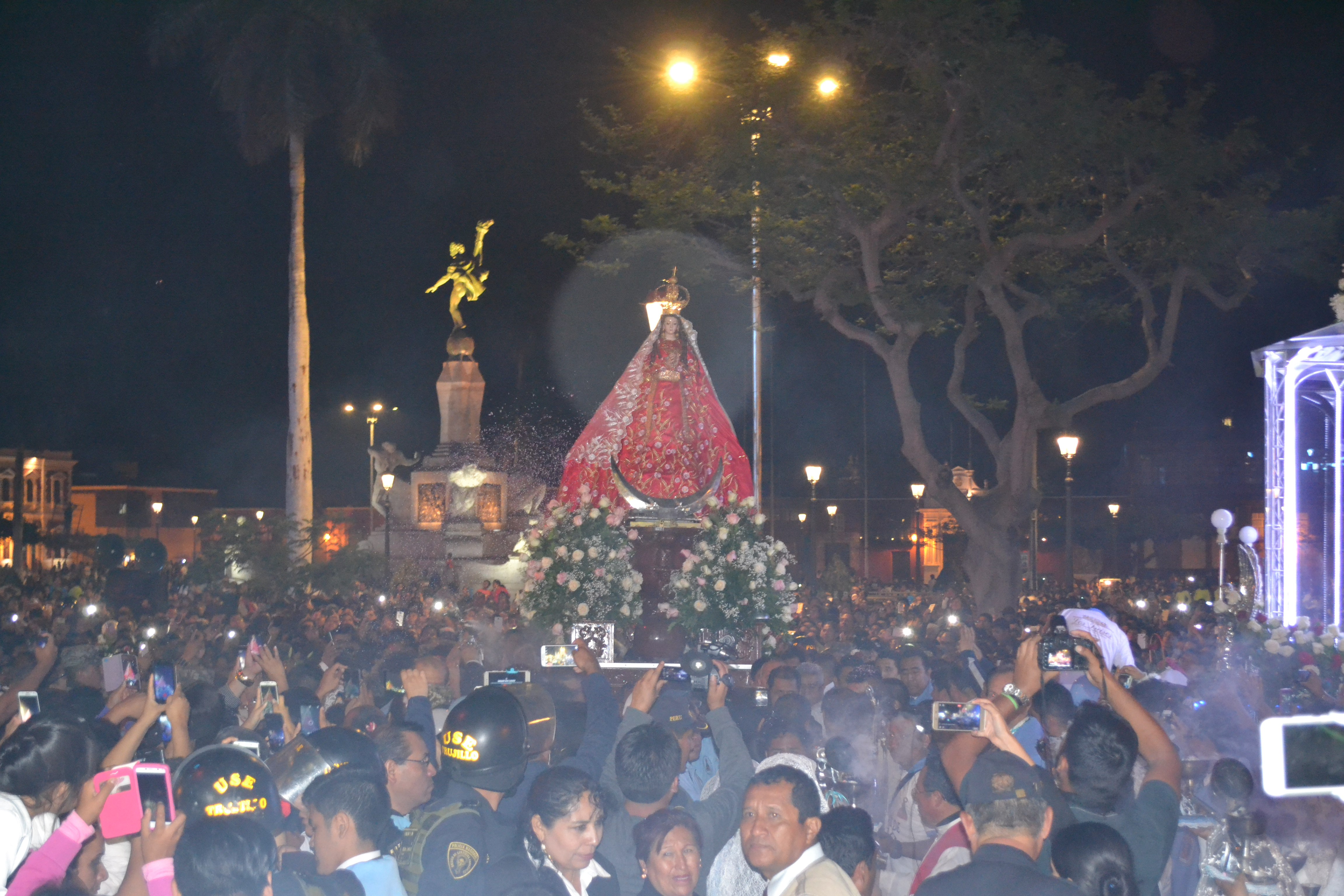 La Virgen de la Puerta de Otuzco llegó a Trujillo y fue recibida por una multitud de fieles