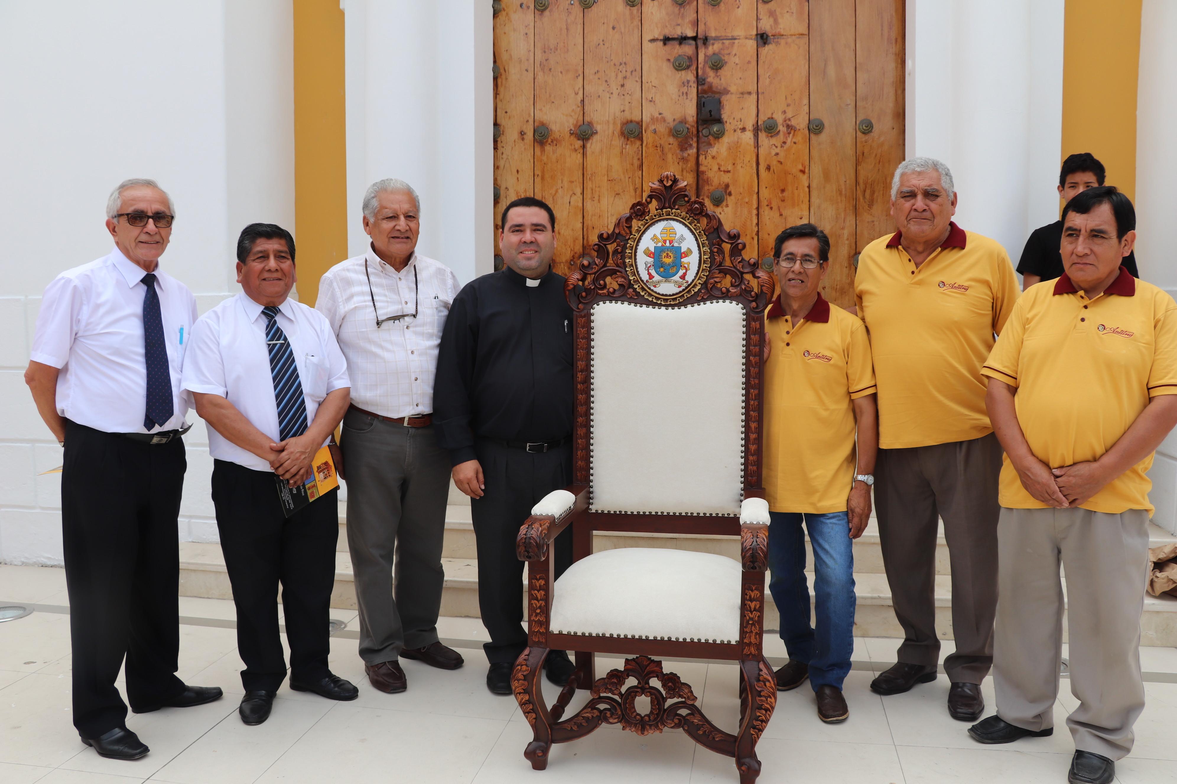Presentan sillón del Papa Francisco para encuentro con el Clero, en el colegio Seminario