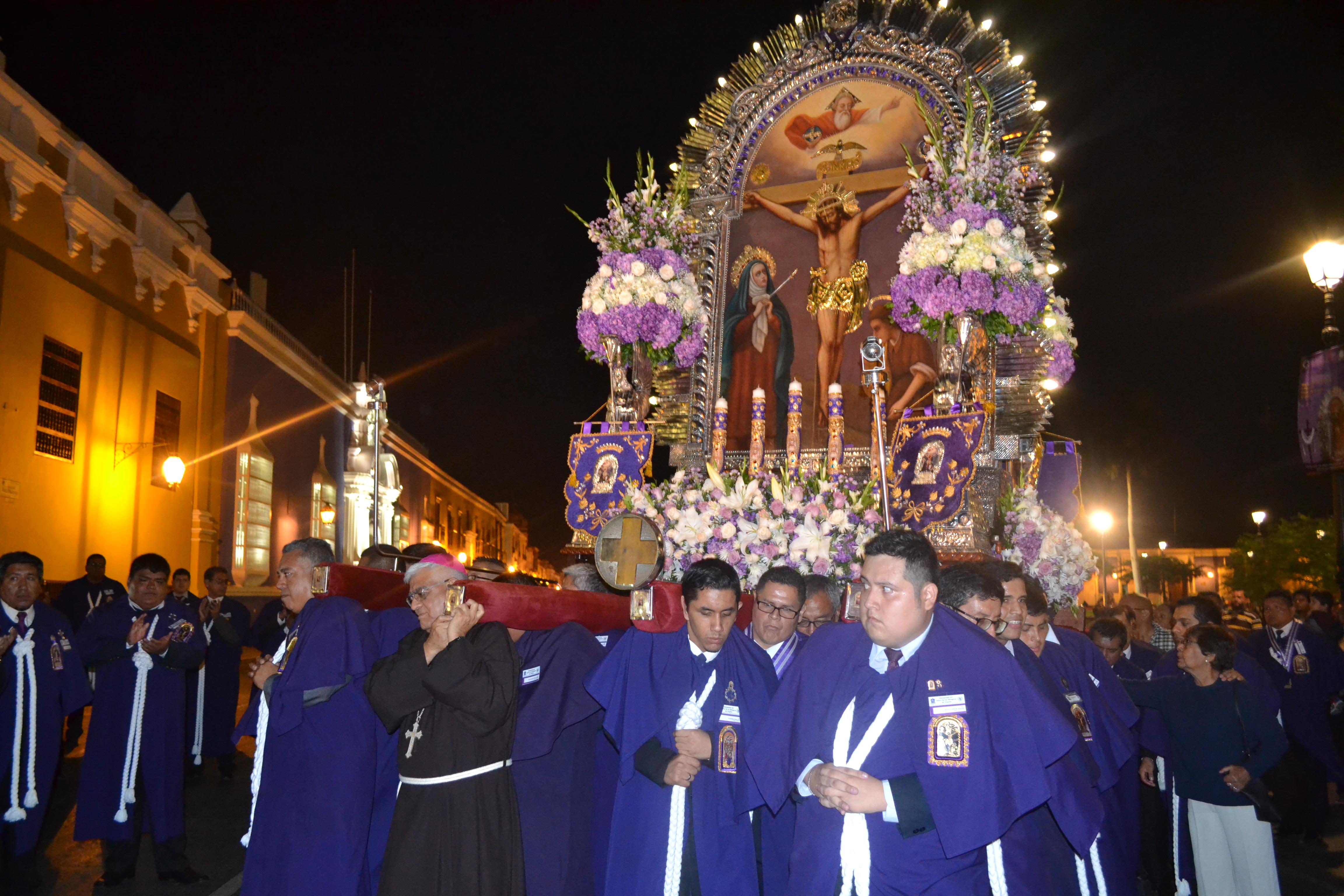 Imagen del Señor de los Milagros ingresó a la Catedral para presidir hoy el Vía Crucis Arquidiocesano