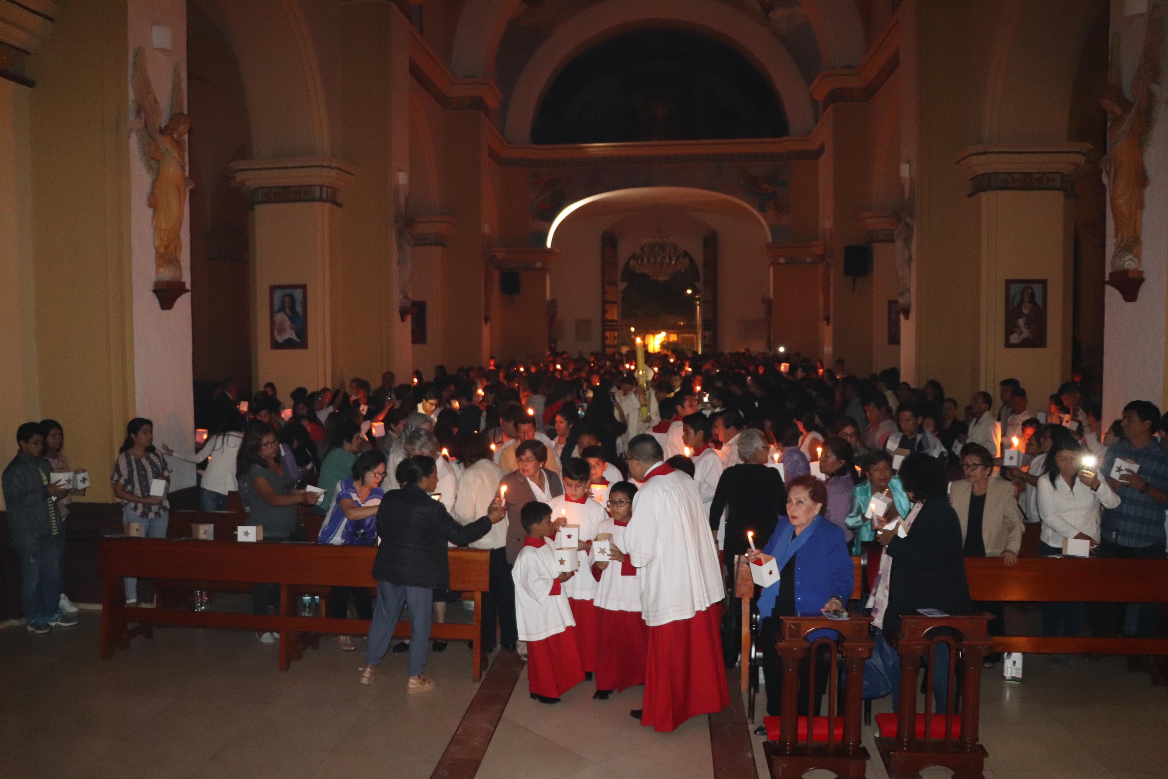 Fieles participaron de la Vigilia Pascual,  en sábado de Gloria
