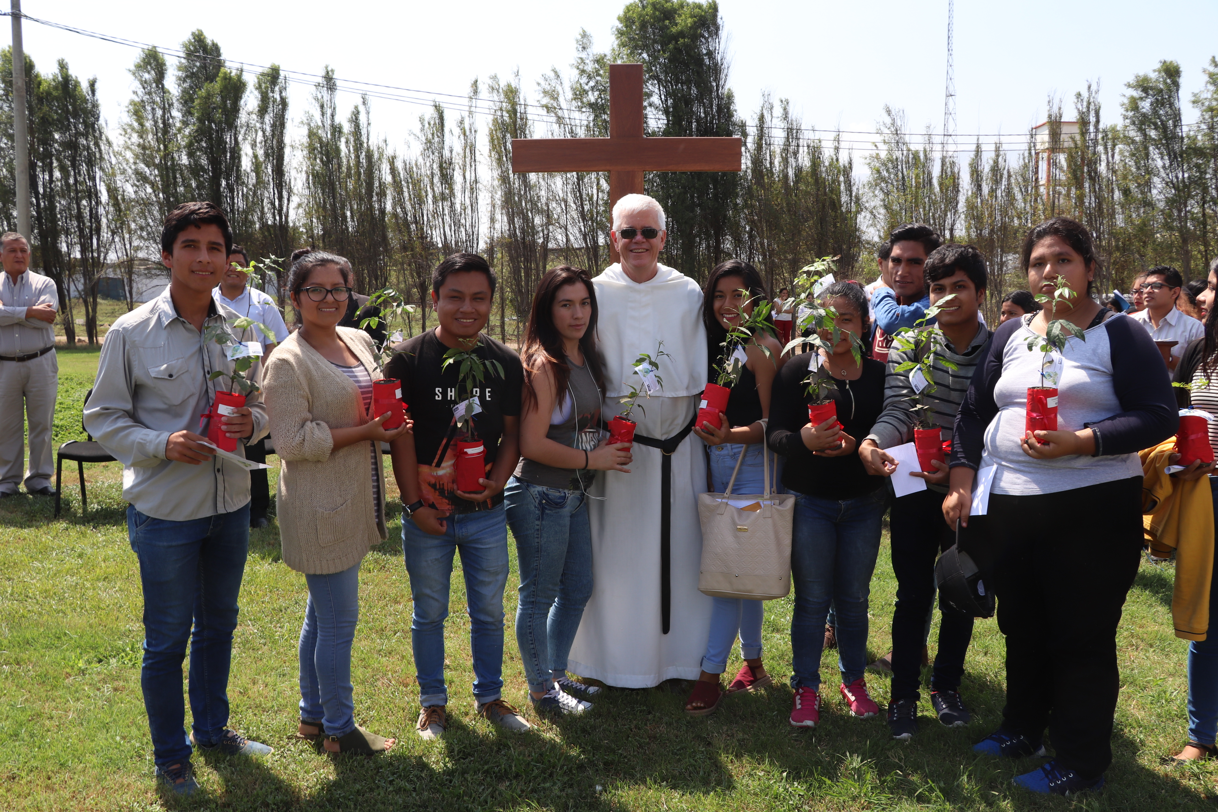 Día Mundial de la Tierra: UCT entrega árboles a sus alumnos ingresantes, para el cuidado medioambiental