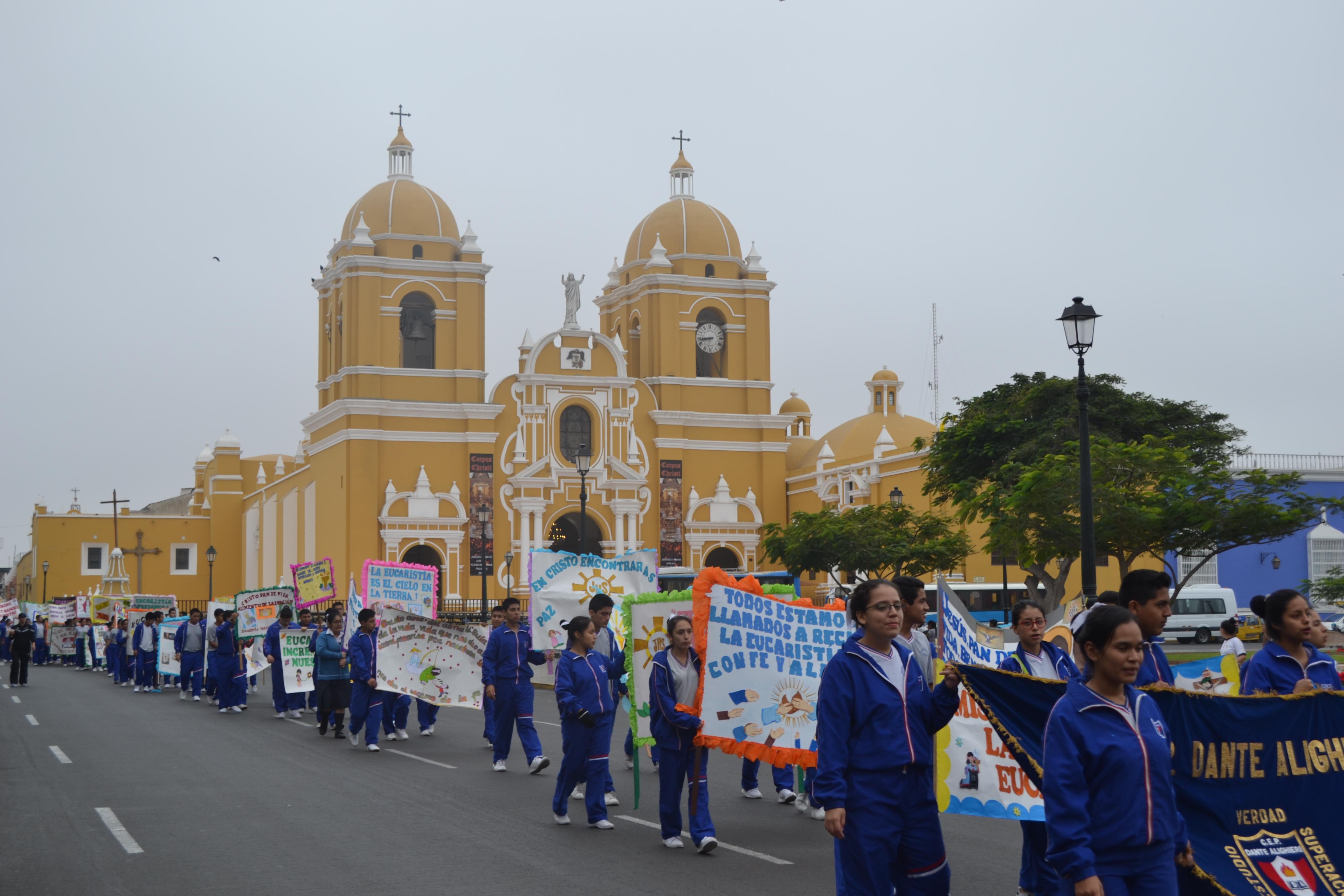"""Trujillo: Semana Eucarística inició con """"Marcha Motivadora"""" de 120 colegios"""