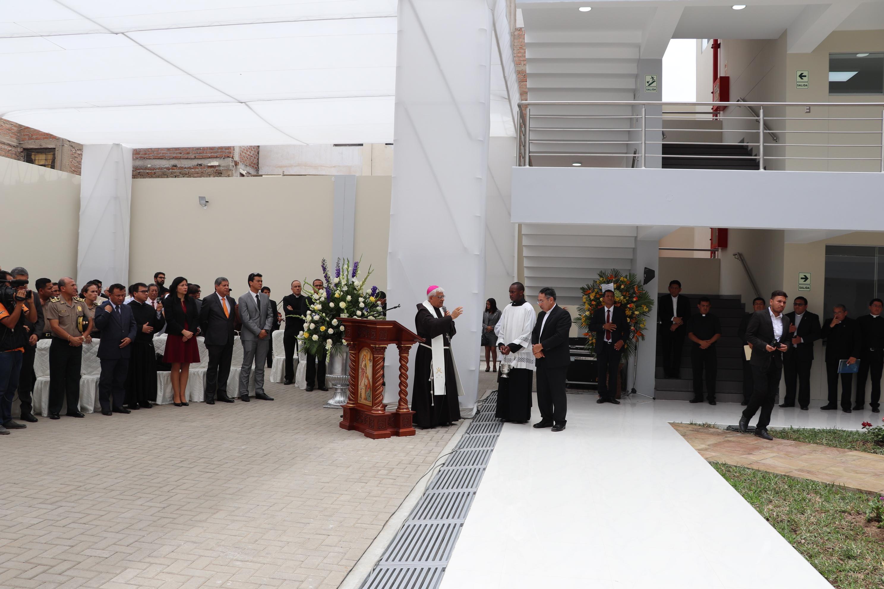 Arzobispo inauguró nuevo edificio para Escuela de Posgrado UCT