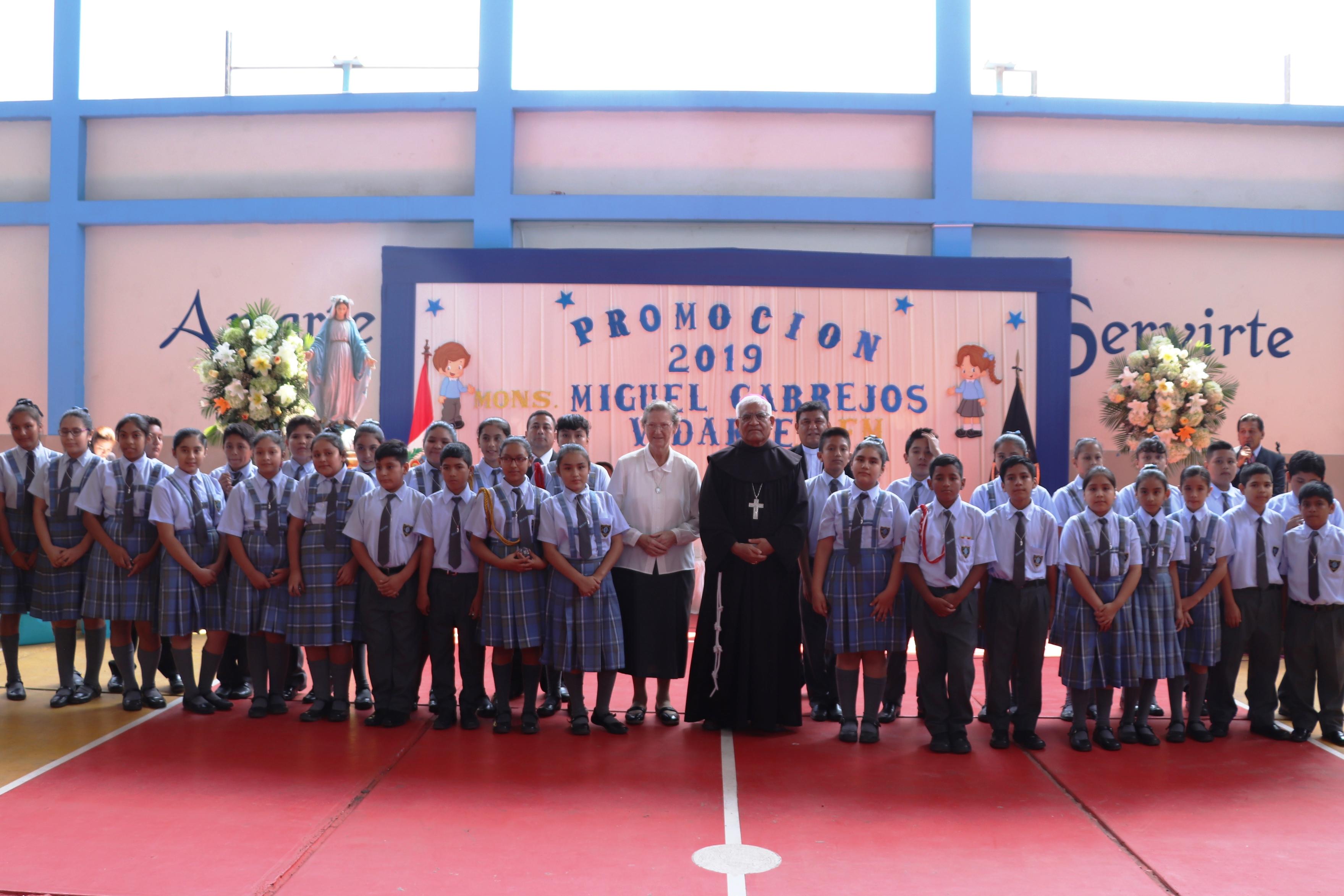La Esperanza: Arzobispo apadrina promoción escolar con su nombre